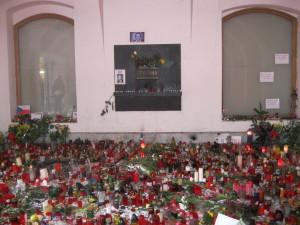 Pamětní deska připomínající události 17. listopadu 1989 na Národní třídě ještě v průjezdu Kaňkova domu, od 16. 11. 2016 je deska přemístěna na jeho fasádu.